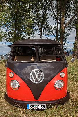 VW-Bulli in der Natur - p045m2004980 von Jasmin Sander