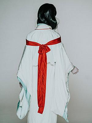 Rear view of young woman wearing kimono - p1184m1441210 by brabanski