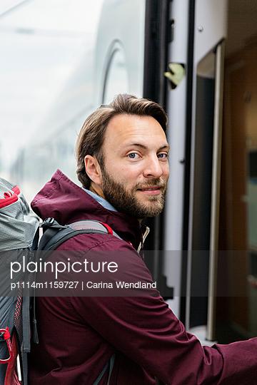 Man steigt in Zug ein - p1114m1159727 von Carina Wendland