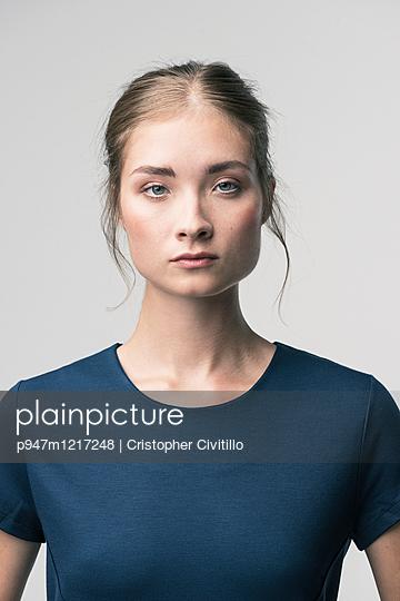 Junge Frau mit ernstem Blick - p947m1217248 von Cristopher Civitillo
