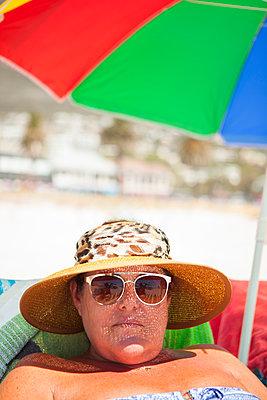 Frau im Urlaub mit Sonnenschutz  - p045m1423842 von Jasmin Sander