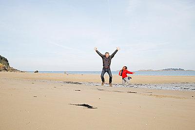 Jumping on the beach - p1307m1497321 by Agnès Deschamps