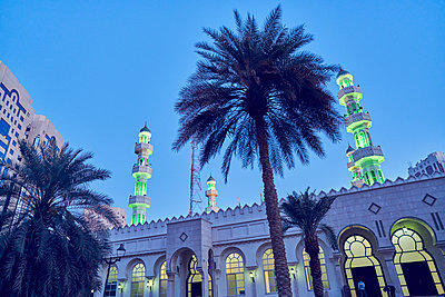 United Arab Emirates, Dubai, Illuminated Grand mosque under blue sky at dusk - p352m1186900 by Johan Mård