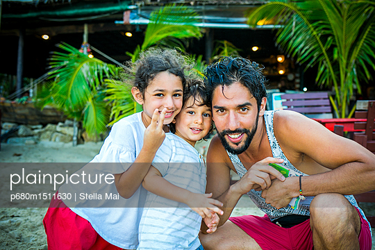 plainpicture | Photo library for authentic images - plainpicture p680m1511630 - Family photo - plainpicture/Stella Mai