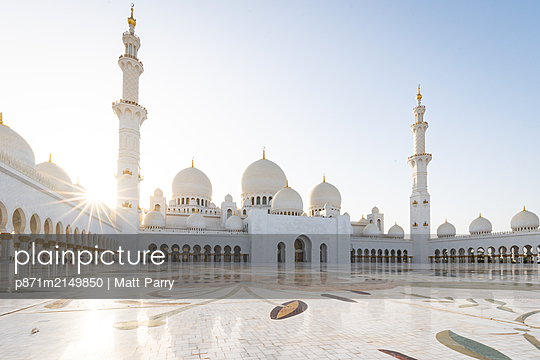 The domes and minarets of Abu Dhabi's Grand Mosque viewed across the large marble tiled central courtyard, Abu Dhabi, United Arab Emirates, Middle East - p871m2149850 by Matt Parry
