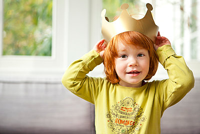 Little girl wearing a crown - p1156m960632 by miep