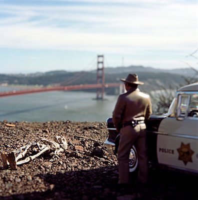 Polizeiauto; Sheriff und Skelett an der Golden Gate Bridge; San Francisco - p3420337 von Thorsten Marquardt