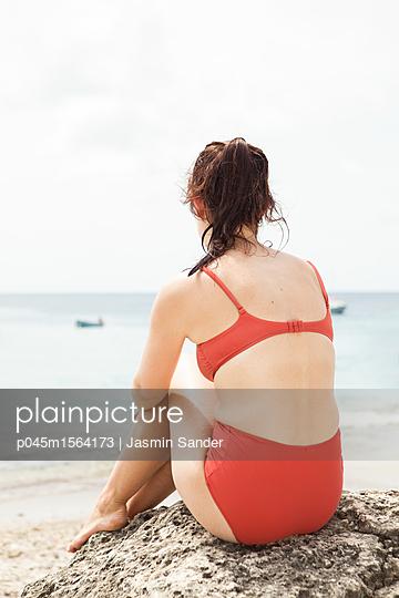 Frau schaut verträumt aufs Meer - p045m1564173 von Jasmin Sander