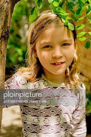 Mädchen unter dem Baum im Garten - p1212m1145969 von harry + lidy