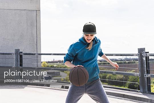 Man dribbling with basket ball - p300m1587106 von Uwe Umstätter