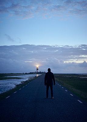 Mann auf der Straße zum Leuchtturm - p1124m1193517 von Willing-Holtz