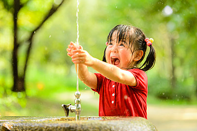 Kid playing in a park - p307m1152172 by Fumio Nabata