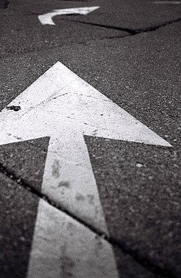 Directional arrow - p627m1035821 by Samantha Dietmar