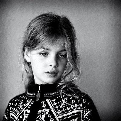 Porträt eines kleinen Mädchens - p896m834965 von Richard Brocken