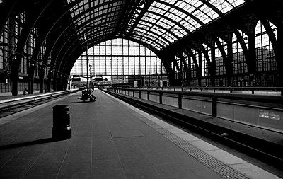 Leerer Bahnsteig - p9112448 von Rodrigue Lecomte