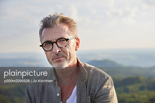 Handsome mature man with gray hair and stubble wearing eyeglasses - p300m2290528 by Jo Kirchherr