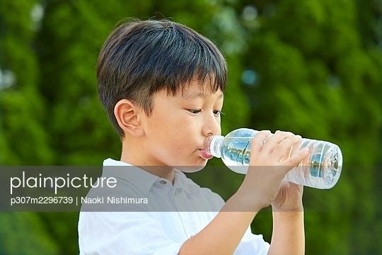 Japanese kid at home - p307m2296739 by Naoki Nishimura
