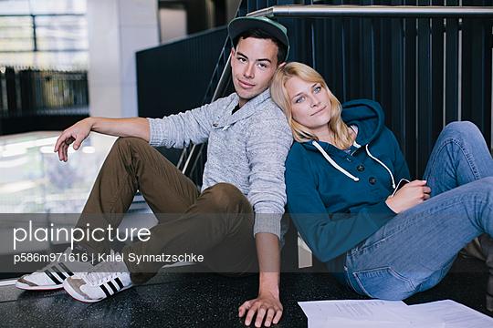 Junges Paar im Treppenhaus - p586m971616 von Kniel Synnatzschke