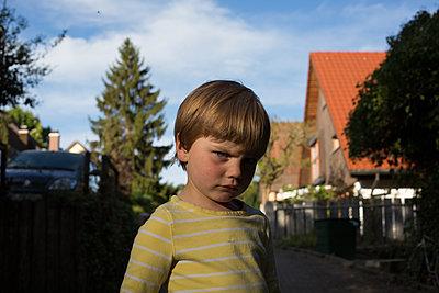 Schmollender kleiner Junge - p1308m2057141 von felice douglas