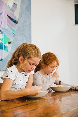 Nudeln essen - p904m1481077 von Stefanie Päffgen