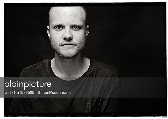 Männerportrait - p1171m1573595 von SimonPuschmann