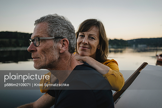 Portrait of mature couple at Lake Baldeneysee - p586m2109071 by Kniel Synnatzschke