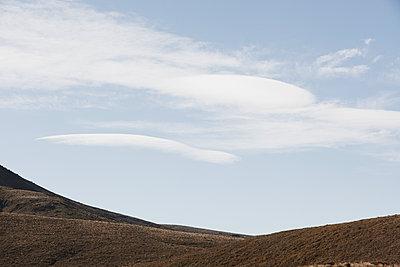 Hügellandschaft, Berggrat und ein blauer Himmel - p1599m2173713 von Sandra Bergemann