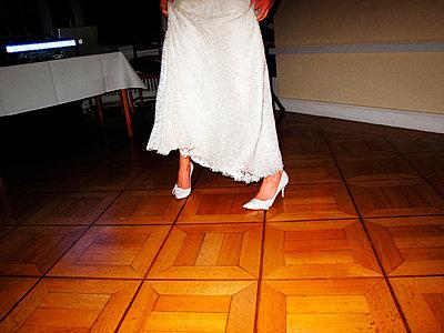 Tanzende Braut - p551m1026404 von Kai Peters
