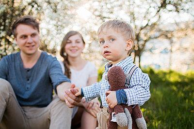 Familie im Frühling - p796m1550299 von Andrea Gottowik