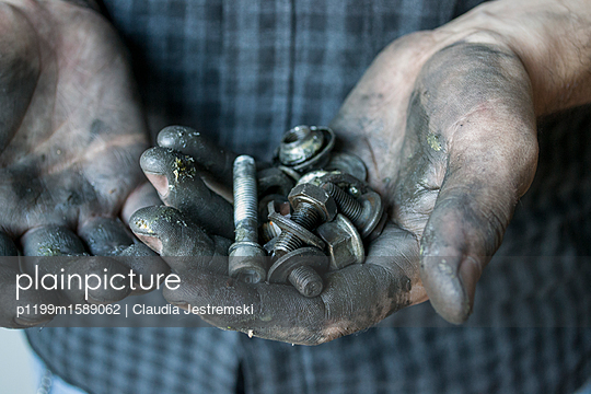Handwerker-Hände - p1199m1589062 von Claudia Jestremski
