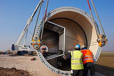 Aufbau eines Windrades - p1099m1526266 von Sabine Vielmo