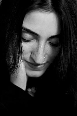 Portrait of dark-haired woman - p552m2100768 by Leander Hopf