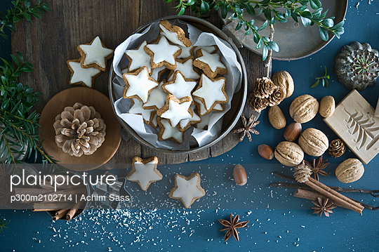 Cinnamon stars in tin can, star anise, cinnamon sticks, nutcracker and pine cones - p300m2102714 by Achim Sass