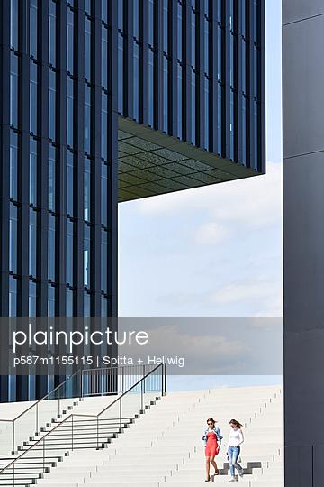 Treppenstufen neben einem Bürogebäude - p587m1155115 von Spitta + Hellwig