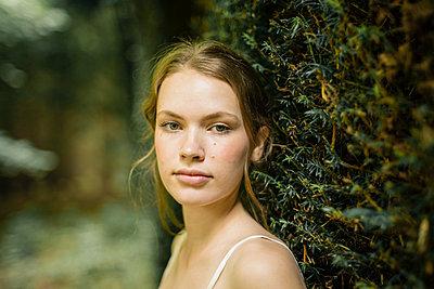 Schöne junge Frau in der Natur - p1548m2126634 von Jutta Klee