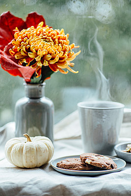 Cup of steaming coffee, cookies and autumnal decoration on window sill - p300m2080213 by Jean Schwarz
