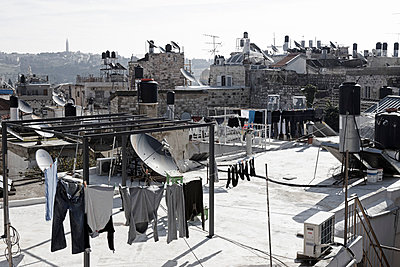 Israel, Jerusalem, View of laundry - p300m879470 by Tom Hoenig
