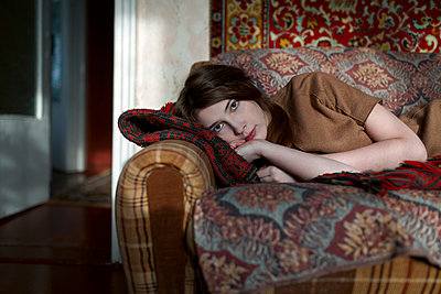 Caucasian woman laying on sofa - p555m1481896 by Vyacheslav Chistyakov