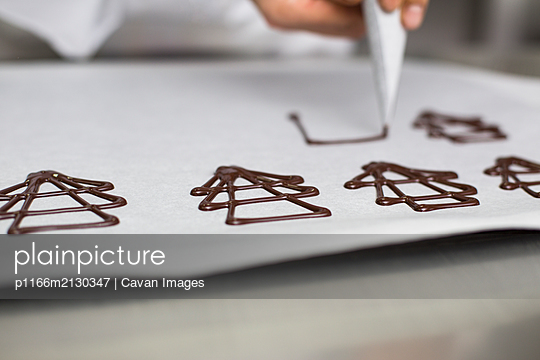 Chef making decorations with chocolate - p1166m2130347 by Cavan Images