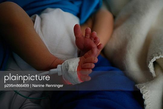 Babybeine - p295m866499 von Nanine Renninger