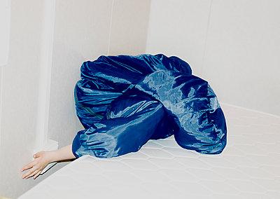 Versteck im Schlafsack - p1279m1476593 von Ulrike Piringer