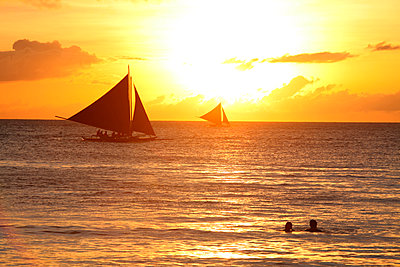 Sailboats in sea at sunset, Boracay, Aklan, Philippines - p343m2028871 by Per-Andre Hoffmann