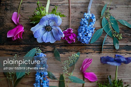 plainpicture - plainpicture p312m1532919 - Colorful flowers on wooden ... - plainpicture/Johner/Pernilla Hed
