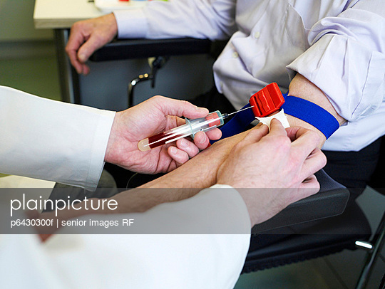 Arzt nimmt Blut ab  - p6430300f von senior images RF