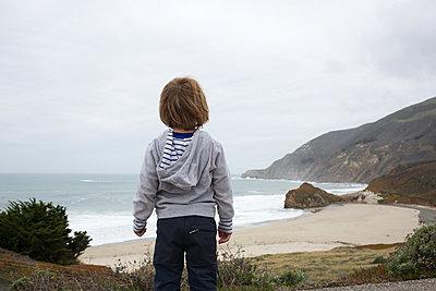 Junge am Strand - p1308m2057138 von felice douglas