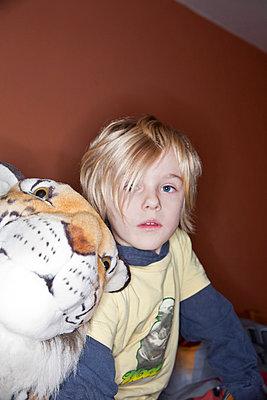 Junge mit Kuscheltiger - p781m776749 von Angela Franke