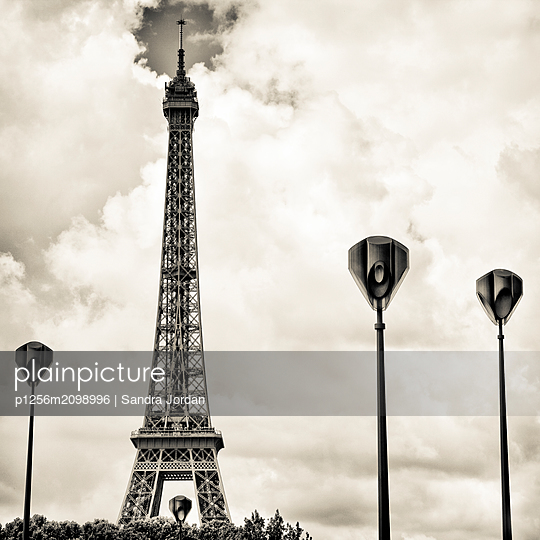 La Tour Eiffel - p1256m2098996 by Sandra Jordan