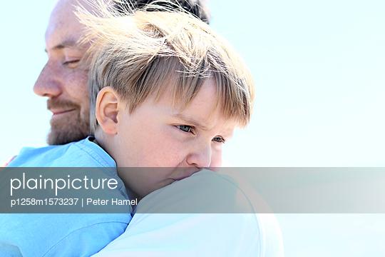 Porträt von Vater und Sohn - p1258m1573237 von Peter Hamel