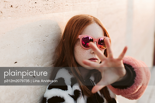 Portrait of teenage girl wearing fashionable clothes - p312m2079735 by Lina Arvidsson