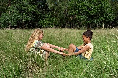 Holding hands - p1132m1152755 by Mischa Keijser